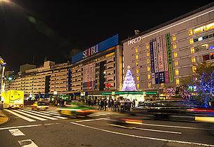 池袋駅東口の風景